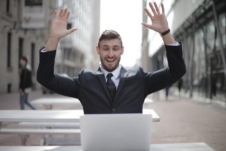 Rozmowa o pracę – jak dobrze wypaść w garniturze?