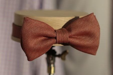 Krawat czy muszka – co dobrać do garnituru?