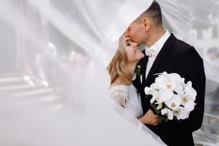Garnitur ślubny dla Pana Młodego w 2021 roku – jaki garnitur jest modny?